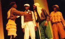 Les membres du groue le Tuma Haut sur scène. Mbuta Bombas est le premier à droite